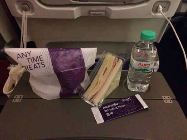 อาหารรองท้องบนเครื่อง การบินไทย